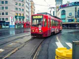 城市街道上的红色电车桌面壁纸