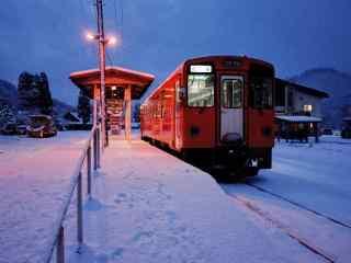 夜晚大雪中的红色电车桌面壁纸