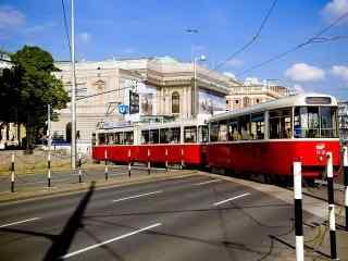 小清新城市街道上的红色电车桌面壁纸