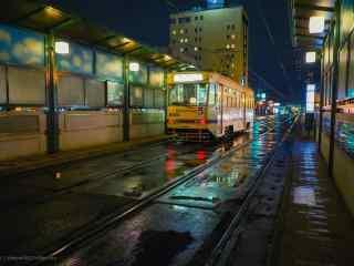 夜晚灯光下的复古电车桌面壁纸