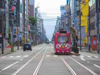 城市街道上文艺复古电车桌面壁纸