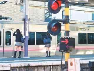 少女在站台等待电车桌面壁纸