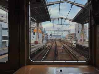 透过电车看窗外风景桌面壁纸
