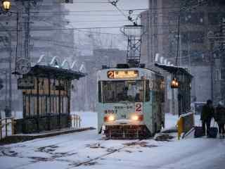 大雪中行驶的轨道电车桌面壁纸