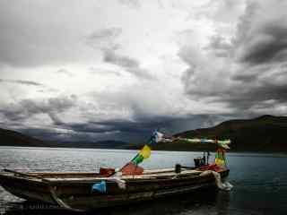 羊卓雍措河流上的小木船桌面壁纸