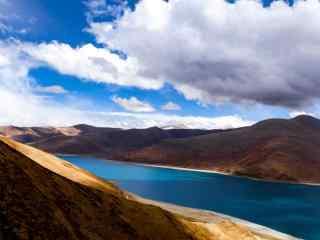 蓝天白云下羊卓雍措河流摄影图片
