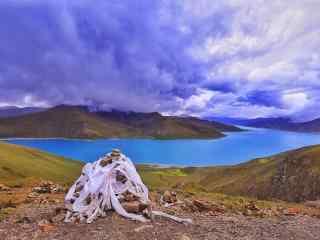 羊卓雍措圣湖旁的石头滩桌面壁纸