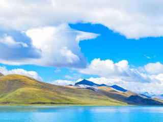 蔚蓝天空下羊卓雍措河流桌面壁纸