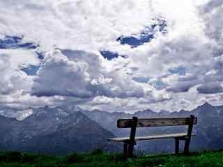 蓝色长椅看天空桌
