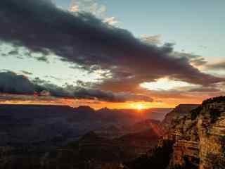 黄昏时山峰与天空唯美桌面壁纸