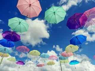 创意晴朗天空与伞桌面壁纸
