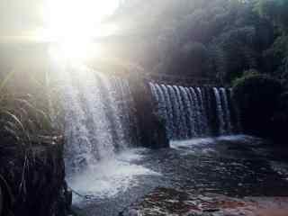 清晨耀光照射在蜀南竹海瀑布桌面壁纸