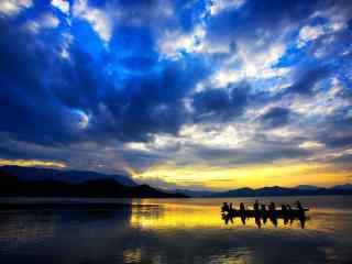 夕阳下的泸沽湖美