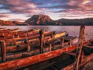 夕阳下的泸沽湖湖