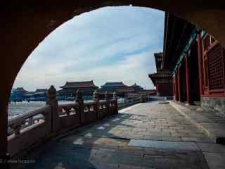 透过拱门看故宫风景桌面壁纸