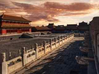 唯美夕阳下的故宫廊宇桌面壁纸