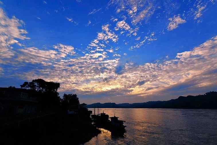 唯美蓝天下的长江风景壁纸