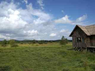 草地上小木屋风景桌面壁纸