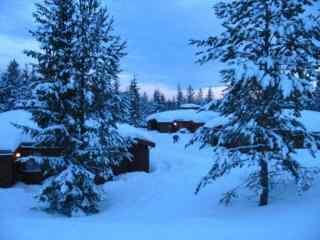 静谧的雪地小木屋风景桌面壁纸