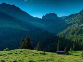 山脚下的小木屋护眼风景壁纸