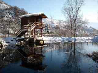 山脚下的雪中小木屋风景壁纸