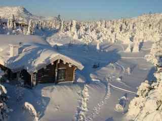 雪地山林中小木屋风景壁纸