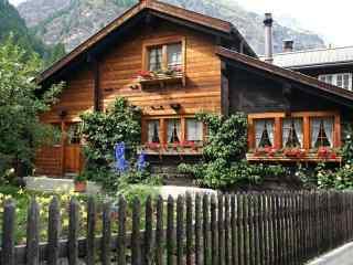 山脚下鲜花盛开的小木屋风景壁纸