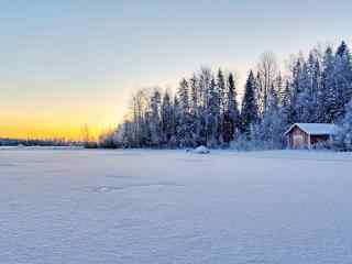 唯美雪地中小木屋风景壁纸