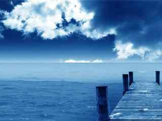 蔚蓝天空之下的码头风景