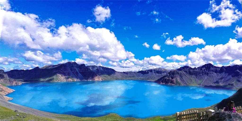 蔚蓝色的长白山天池图片壁纸