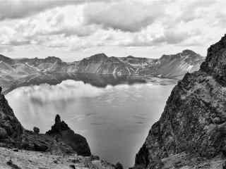黑白长白山天池风景桌面壁纸