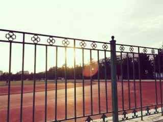 开学季之夕阳下的操场风景壁纸