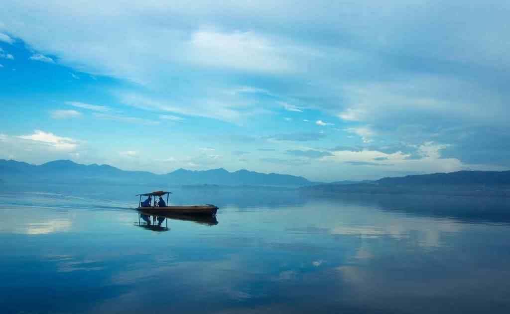 唯美的蓝色西湖风景桌面壁纸
