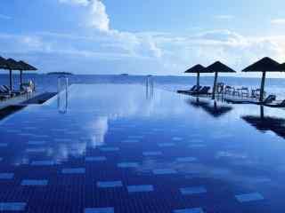 马尔代夫度假区海边泳池高清壁纸