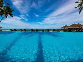 马尔代夫海边泳池高清壁纸