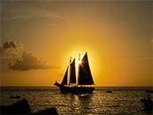 落日与帆船交辉相应自然风景高清壁纸