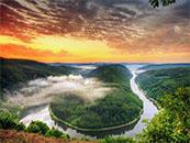 群山环绕的溪流自然风景高清壁纸