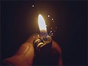 手中的打火机和火