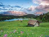 遠處的高山流水木屋綠色護眼高清桌面壁