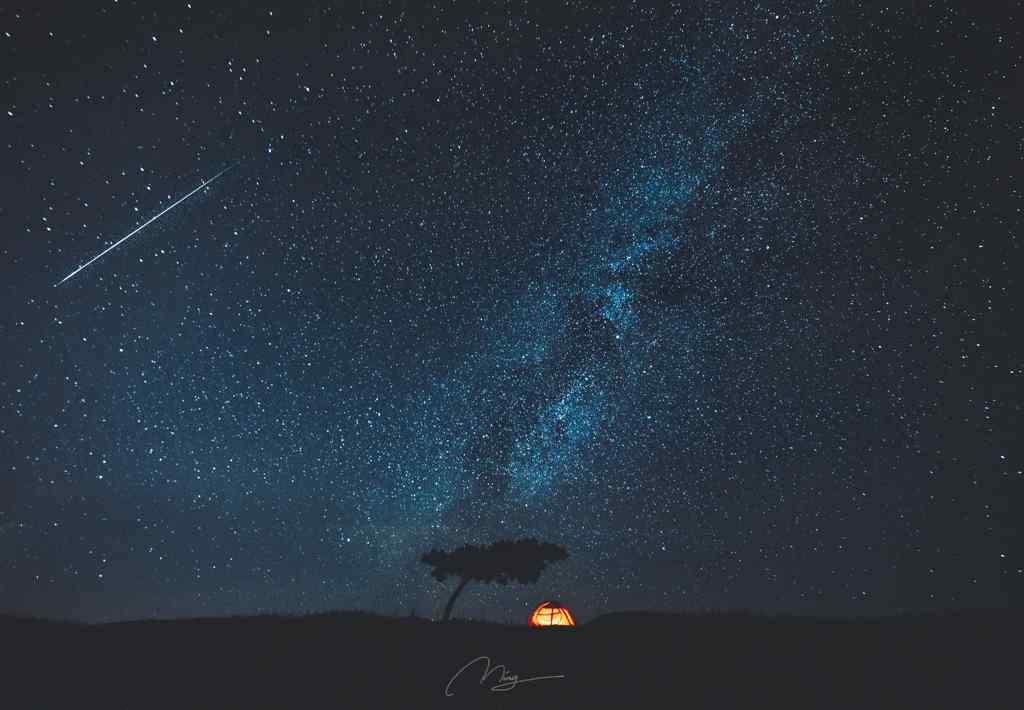 英仙座流星划过漫天星空桌面壁纸