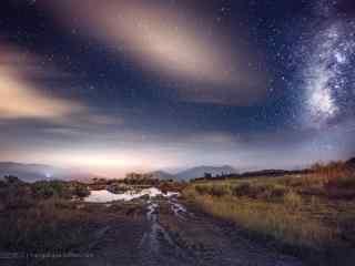 流星划过星空和云彩桌面壁纸