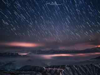 山川上空的星轨桌面壁纸