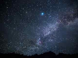 夜晚星空下的银河