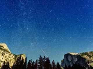 唯美的山中夜晚星空桌面壁纸