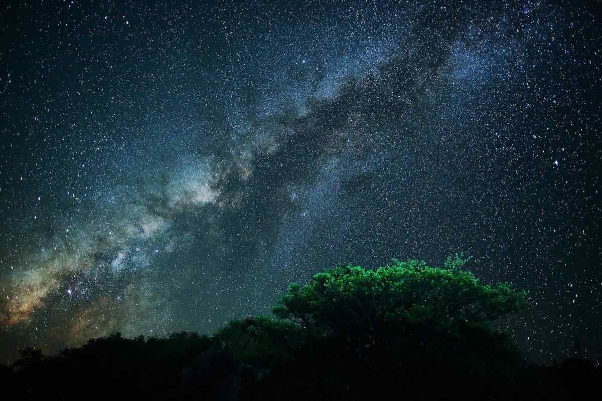 美丽的夏日星空摄影桌面壁纸