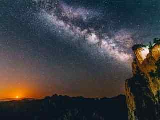 华山上的唯美星空桌面壁纸