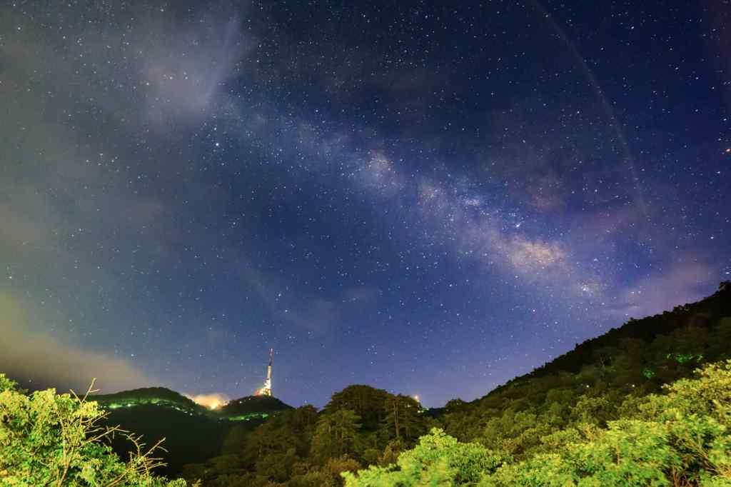 山中星空唯美景色壁纸