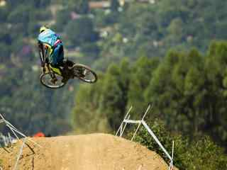 山地自行车飞越障碍壁纸