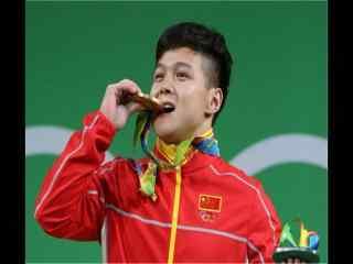 里约奥运会56公斤级龙清泉破纪录领奖图片