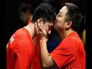 2016里约奥运会乒乓教练亲吻马龙图片桌面壁纸